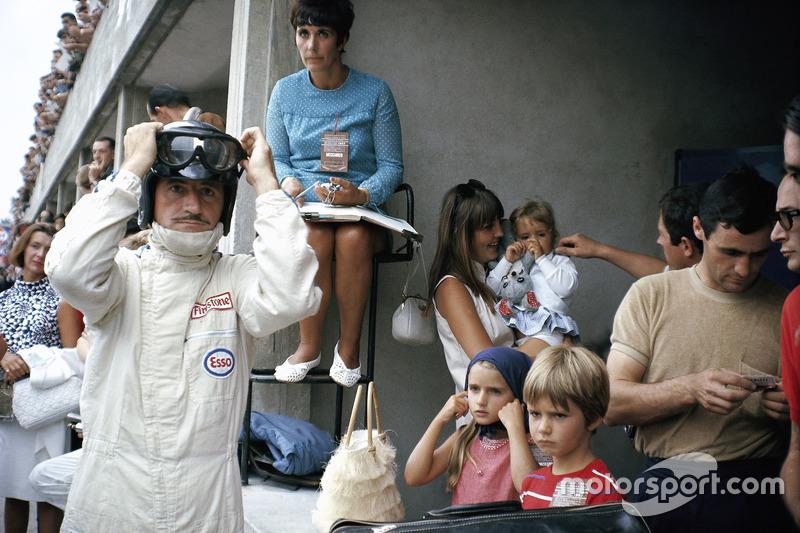 Graham Hill, nella pit lane, con la sua famiglia... e c'è anche il piccolo Damon Hill