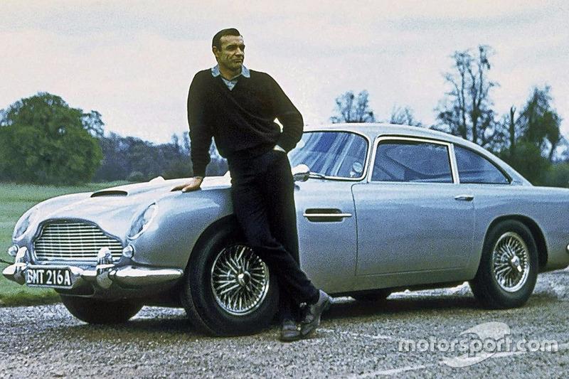 James Bond (Sean Connery) y el Aston Martin DB5