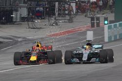 Lewis Hamilton, Mercedes AMG F1 W08, in gevecht met Max Verstappen, Red Bull Racing RB13