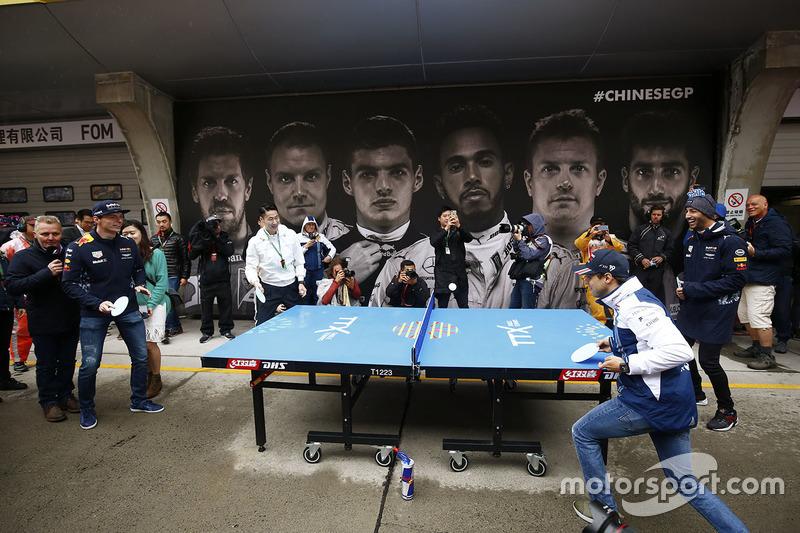 Varios pilotos jugaron a ping pong antes de la carrera. Massa y Ricciardo formaron equipo