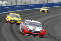 Brad Keselowski, Team Penske Ford and Landon Cassill, Front Row Motorsports Ford