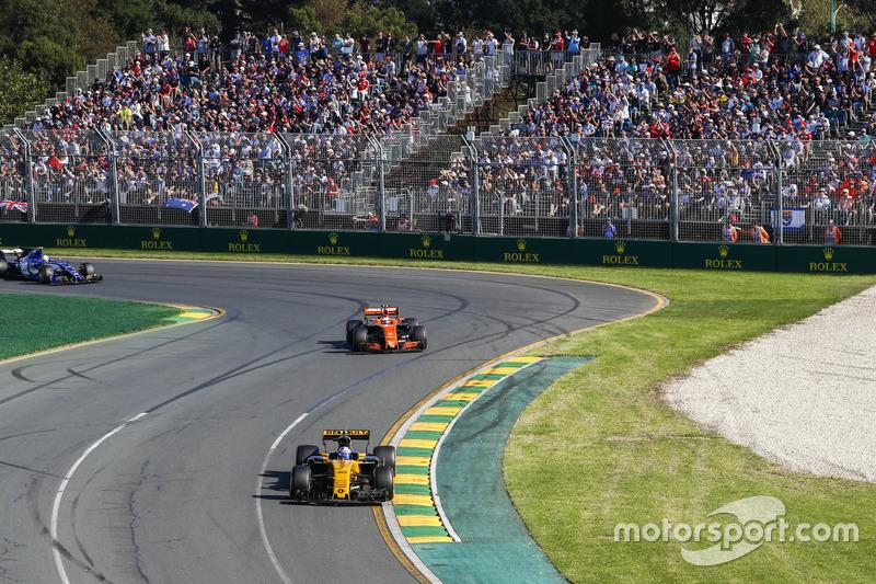 Jolyon Palmer, Renault Sport F1 Team RS17, leads Stoffel Vandoorne, McLaren MCL32