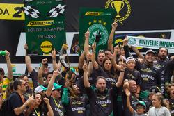 Felipe Fraga celebra título com equipe