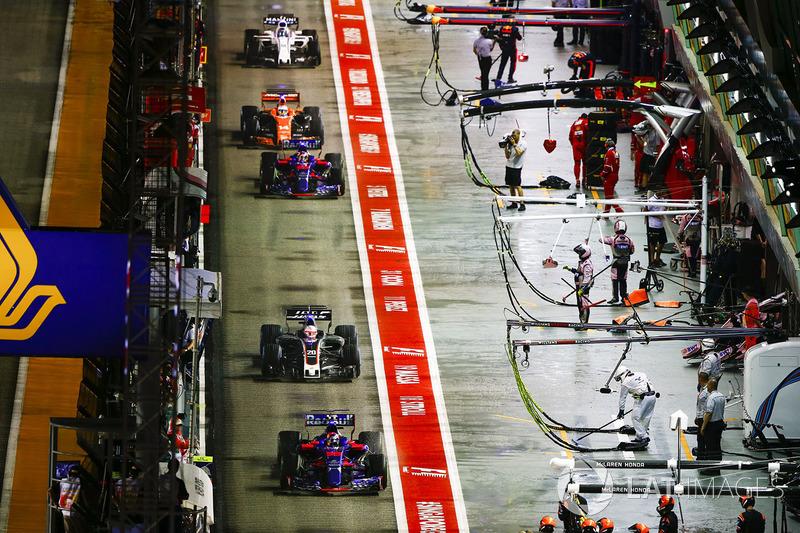 Carlos Sainz Jr., Scuderia Toro Rosso STR12, Kevin Magnussen, Haas F1 Team VF-17, Daniil Kvyat, Scuderia Toro Rosso STR12, Fernando Alonso, McLaren MCL32