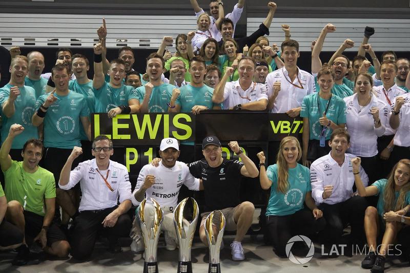 Ganador, Lewis Hamilton, Mercedes AMG F1, tercero, Valtteri Bottas, Mercedes AMG F1, celebran con el