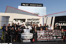 Чемпион IndyCar 2017 года Джозеф Ньюгарден празднует победу в чемпионате вместе со своей командой, Team Penske