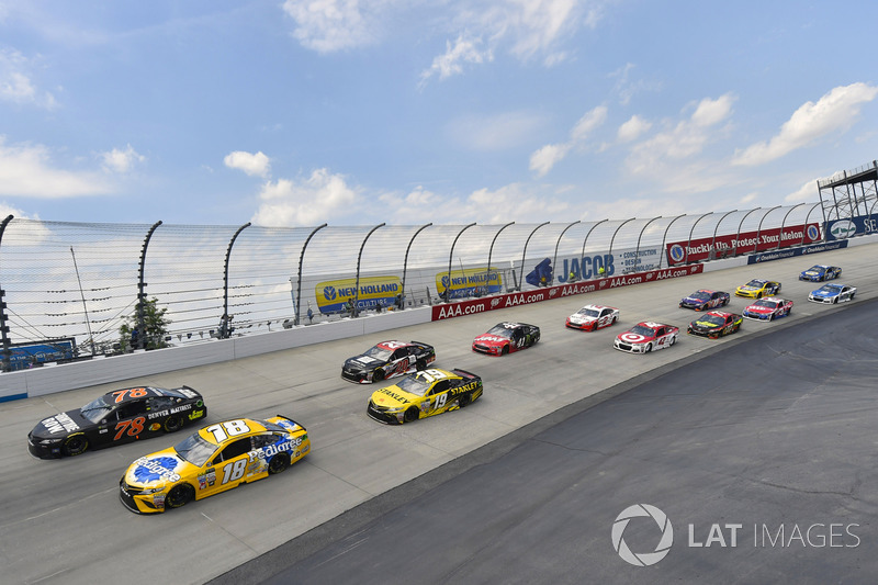 Kyle Busch, Joe Gibbs Racing, Toyota; Martin Truex Jr., Furniture Row Racing, Toyota