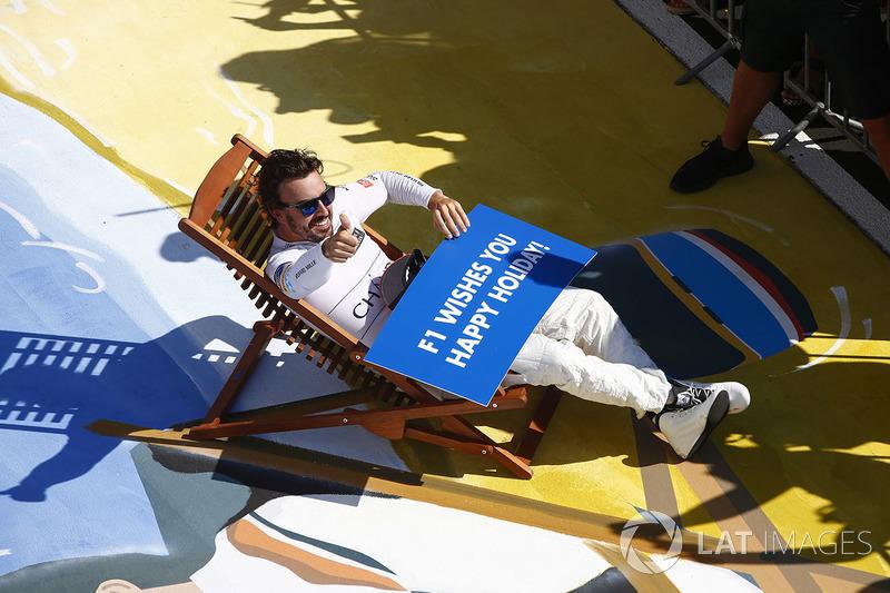 4. Fernando Alonso, McLaren, desea a todo el mundo felices vacaciones tras la carrera