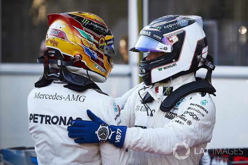 Valtteri Bottas, Mercedes AMG F1, félicite Lewis Hamilton, Mercedes AMG F1, à propos de sa pole position dans le Parc Fermé