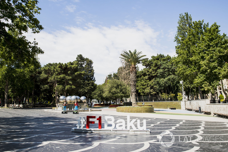 Baku-Hashtag an einem Brunnen