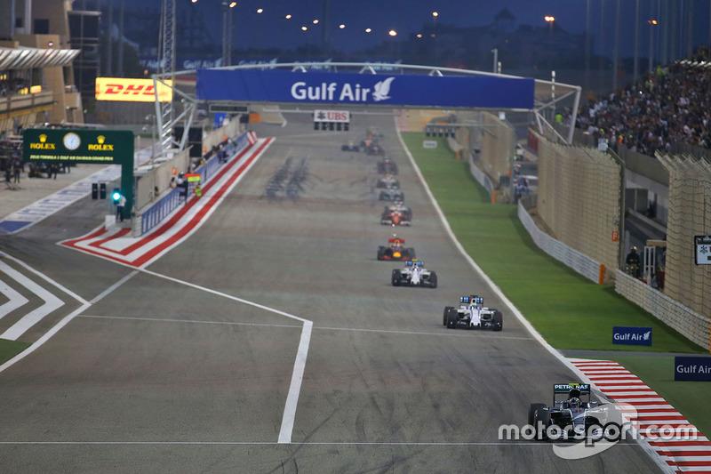 Arrancada: Nico Rosberg, Mercedes AMG F1 Team W07 líder