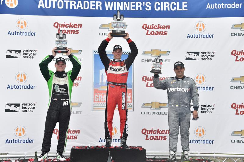 Podio: ganador de la carrera Sébastien Bourdais, KV Racing Technology Chevrolet, segundo lugar Conor Daly, Dale Coyne Racing Honda, y el tercer lugar Juan Pablo Montoya, Team Penske Chevrolet