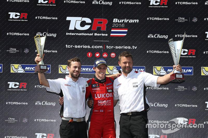 Podium: race winner James Nash, Team Craft-Bamboo, SEAT León TCR