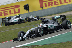 Льюис Хэмилтон, Mercedes AMG F1 Team W07 и Нико Росберг, Mercedes AMG F1 Team W07
