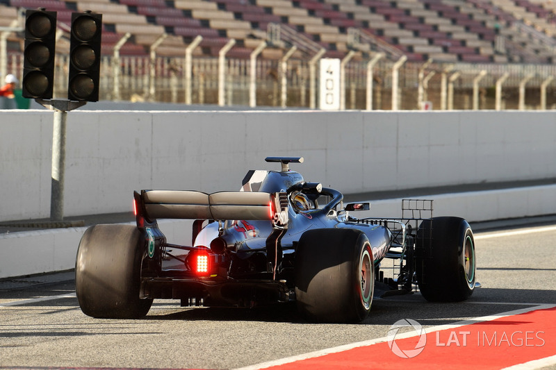 Lewis Hamilton, Mercedes-AMG F1 W09'un arka kanadında lambalarla