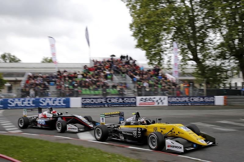 Саша Фенестраз, Carlin, Dallara F317 Volkswagen, и Фабио Шерер, Motopark, Dallara F317 Volkswagen