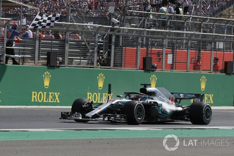 Lewis Hamilton, Mercedes-AMG F1 W09 bajo la bandera a cuadros