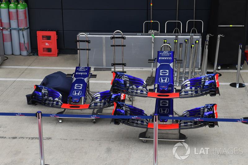 Des nez et ailerons avant de Scuderia Toro Rosso STR13