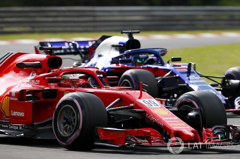 Antonio Giovinazzi, Ferrari SF71H, precede Brendon Hartley, Toro Rosso STR13