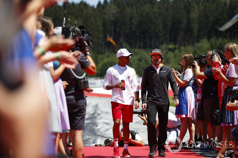 Lewis Hamilton, Mercedes AMG F1, y Fernando Alonso, McLaren, en el drivers parade