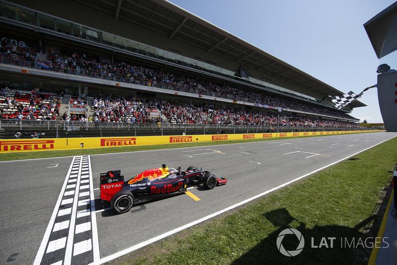 Max Verstappen, Red Bull Racing RB12 TAG Heuer toma la bandera a cuadros en el final