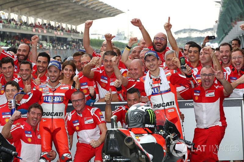 El equipo Ducati en Malasia, tras copar las dos primeras plazas Dovizioso y Lorenzo