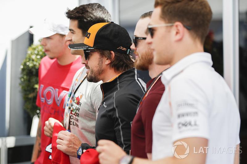 Fernando Alonso, McLaren, Stoffel Vandoorne, McLaren, con jugadores de hockey canadienses