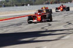 Sebastian Vettel, Ferrari SF70H, finisht voor Max Verstappen, Red Bull Racing RB13, Kimi Raikkonen, Ferrari SF70H