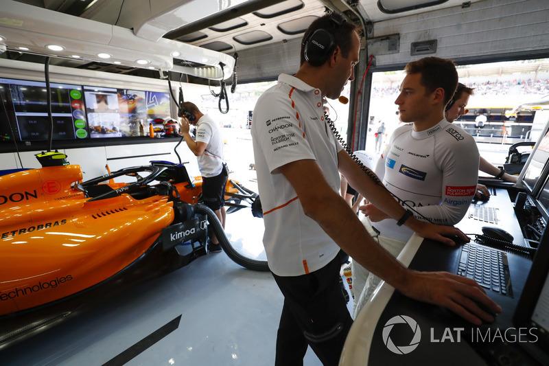 Stoffel Vandoorne, McLaren, speaks with an engineer