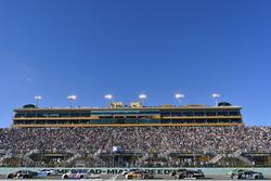 Kasey Kahne, Hendrick Motorsports Chevrolet, Chris Buescher, JTG Daugherty Racing Chevrolet
