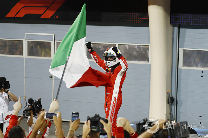 Sebastian Vettel, Ferrari, 1 ° puesto, celebra a su llegada al Parc Ferme