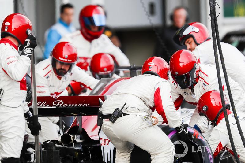 Marcus Ericsson, Sauber C37 Ferrari, makes a pit stop