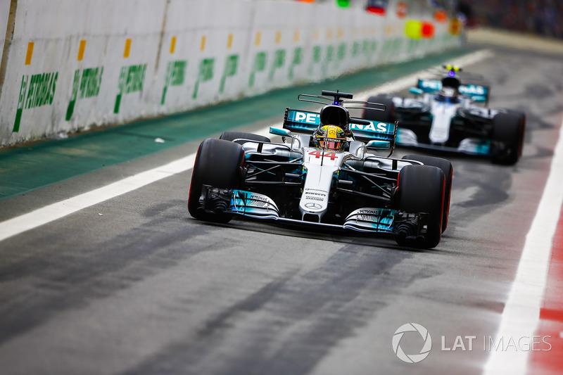 Lewis Hamilton, Mercedes AMG F1 W08, Valtteri Bottas, Mercedes AMG F1 W08, fuera de pits