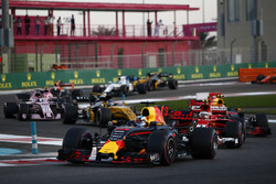 Daniel Ricciardo, Red Bull Racing RB13, Kimi Raikkonen, Ferrari SF70H, Max Verstappen, Red Bull Racing RB13, Nico Hulkenberg, Renault Sport F1 Team RS17 at the start