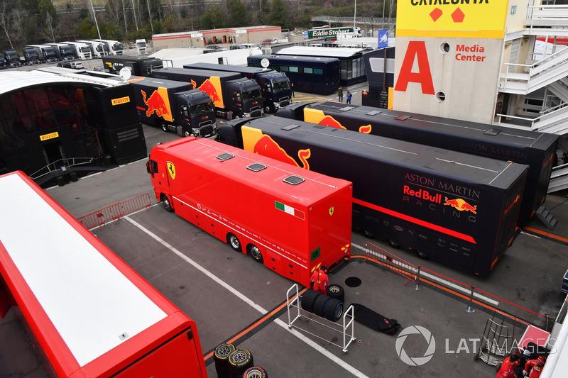 Трейлеры Ferrari и Red Bull Racing в паддоке