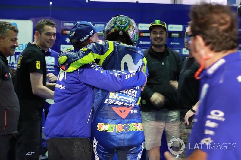 Валентино Россі та команда, Yamaha Factory Racing святкують закінчення тестів