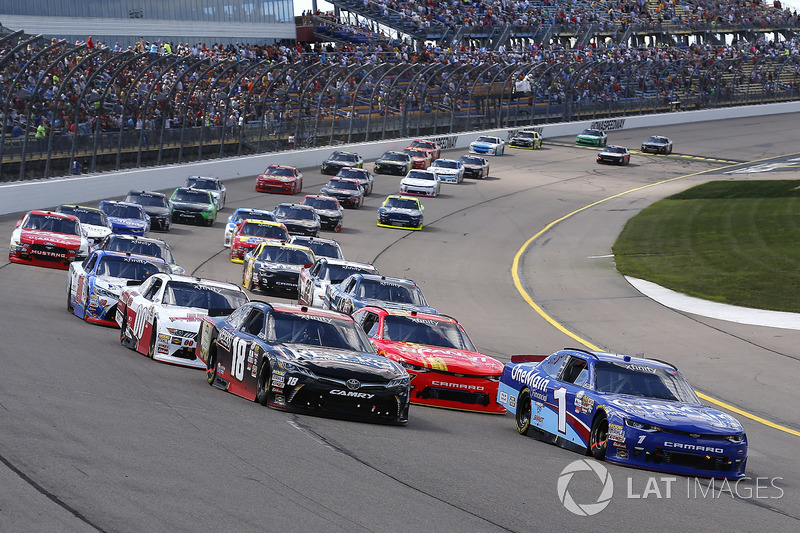 Kyle Benjamin, Joe Gibbs Racing Toyota y Elliott Sadler, JR Motorsports Chevrolet