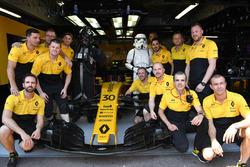 Les mécaniciens de la Renault Sport F1 Team RS17 avec la Renault Sport F1 Team RS17 et un Storm Trooper