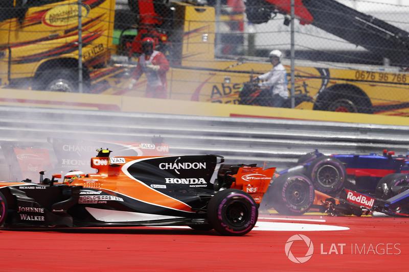 Стоффель Вандорн, McLaren MCL32, намагається уникнути зіткнення з Даніілом Квятом, Scuderia Toro Rosso STR12, та Фернандо Алонсо, McLaren MCL32