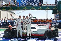 Les vainqueurs Timo Bernhard, Earl Bamber, Brendon Hartley, Porsche Team