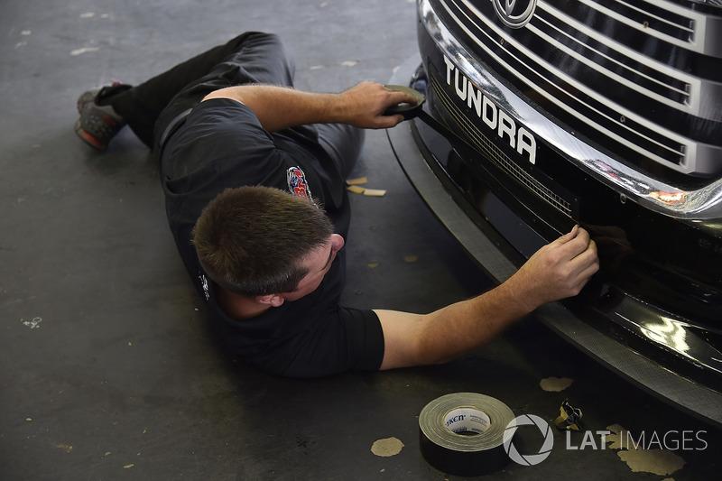 Miembro de la tripulación trabajan en Noah Gragson, Kyle Busch Motorsports Toyota