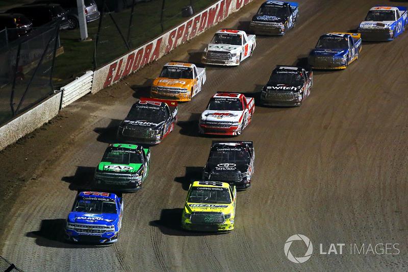 Matt Crafton, ThorSport Racing Toyota y Stewart Friesen, Elaine Larsen Motorsports Chevrolet
