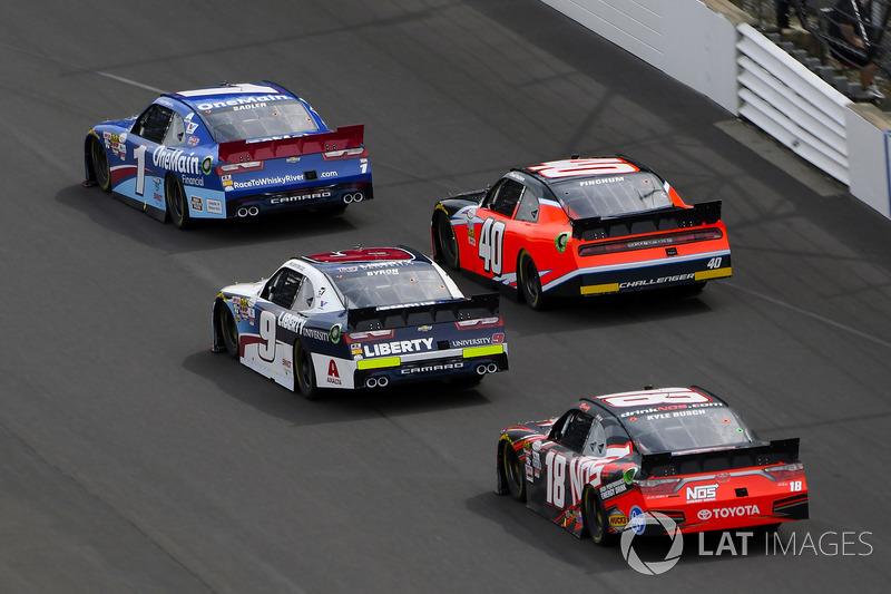 Elliott Sadler, JR Motorsports Chevrolet, William Byron, JR Motorsports Chevrolet y Kyle Busch, Joe Gibbs Racing Toyota and Carl Long, Toyota Camry