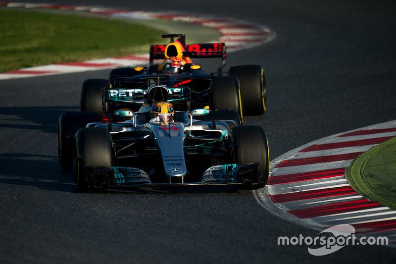 Льюіс Хемілтон, Mercedes AMG F1 W08 попереду Макса Ферстаппена, Red Bull Racing RB13