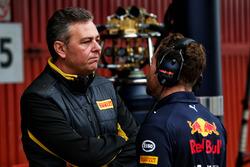 Mario Isola, Pirelli Racing Manager met Christian Horner, teambaas Red Bull Racing