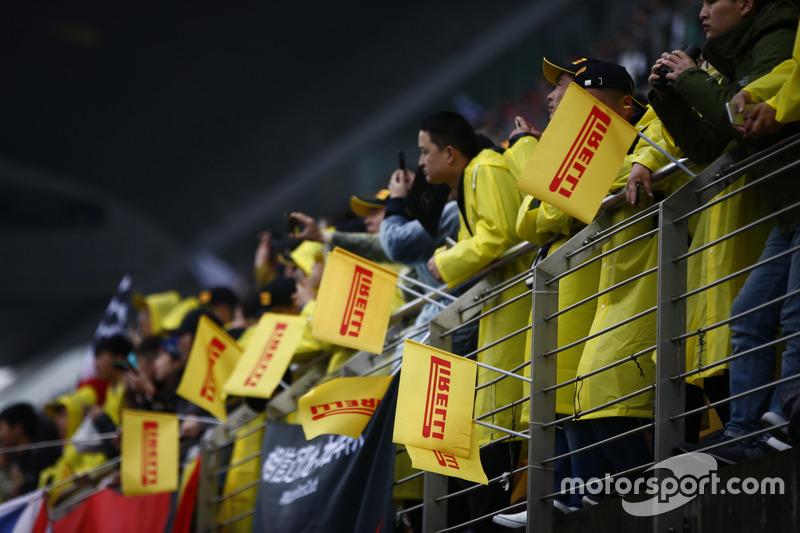 Pirelli-Flaggen auf der Tribüne