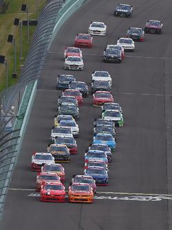 Джастин Алгайер, JR Motorsports Chevrolet и Кайл Ларсон, Chip Ganassi Racing Chevrolet лидируют на рестарте