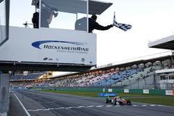 Banedra a cuadros para Callum Ilott, Prema Powerteam, Dallara F317 - Mercedes-Benz