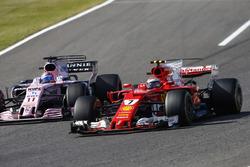 Кими Райкконен, Ferrari SF70H, и Серхио Перес, Sahara Force India F1 VJM10