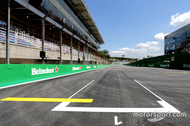 Track atmosphere, starting grid